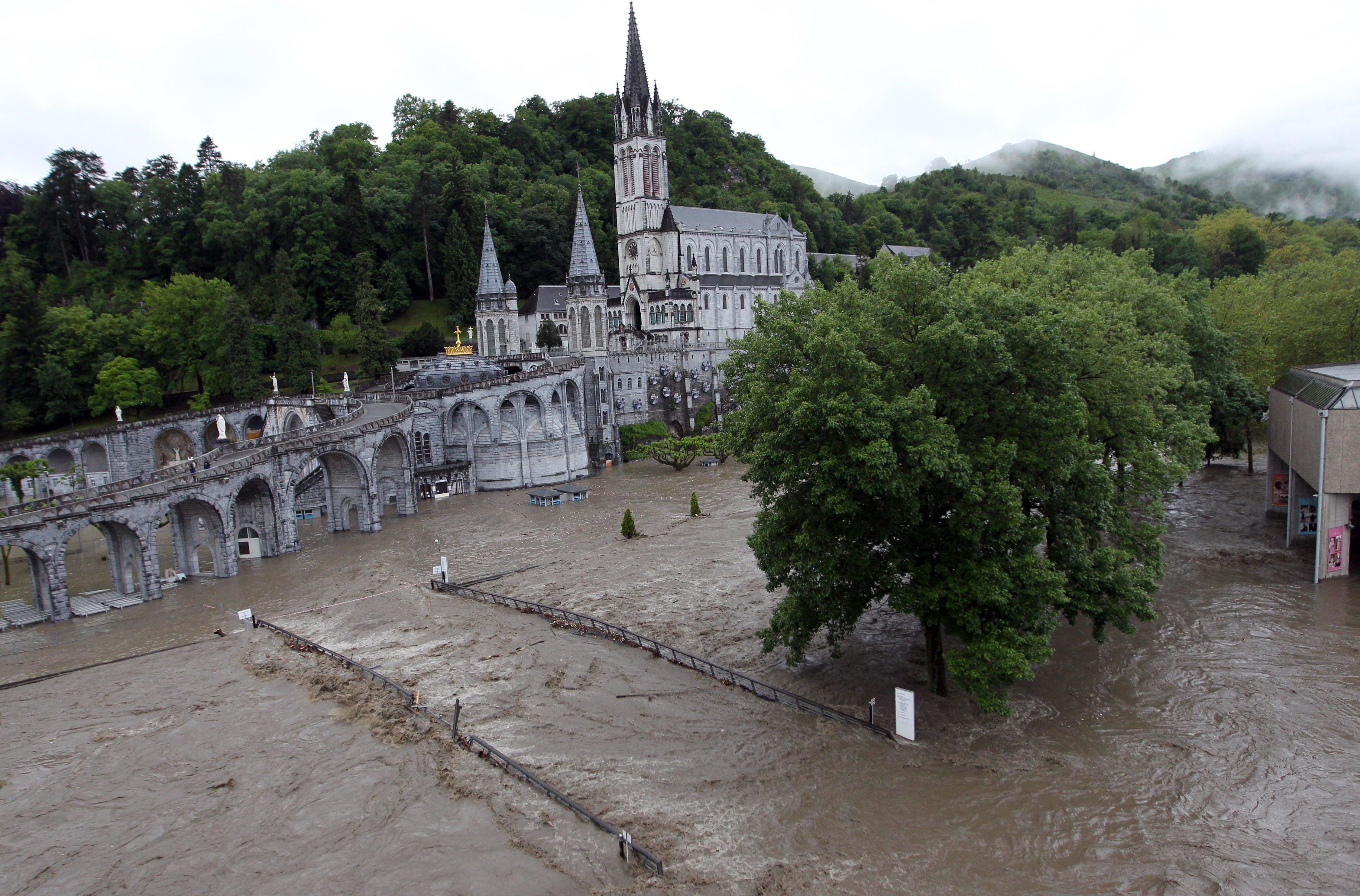 Floods close religious pilgrimage site in lourdes france for Site francais