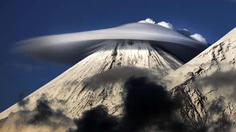 Lentikulare Wolken sind einzigartige Erscheinungsformen, die sich häufig um Hügel oder Berge bilden. (Photo: Vladimir Voychuk/Caters News Agency)
