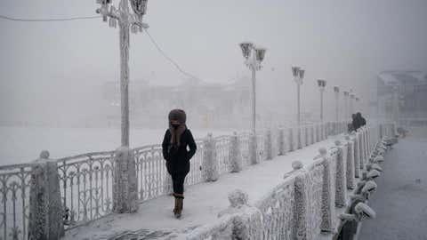 Eine Frau geht über eine vereiste Brücke in Jakutsk. Oimjakon liegt eine zweitätige Autofahrt von der Hauptstadt der Teilrepublik Jakutien entfernt. (Amos Chapple)