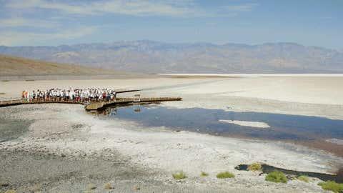 Los corredores se encuentran en el Valle de la Muerte, California, en las aguas del Ultra Maratón Keel Badwall en julio de 2006.  (Robin Beck / AFP / Getty Images)