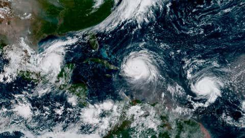 En esta imagen satelital GOES-16 tomada el Jueves 7 de Septiembre de 2017, el ojo del Huracán Irma (centro) ubicado al norte de la Española, con el Huracán, izquierda, en el Golfo de México, y el Huracán José, derecha, en el Océano Atlántico. Irma, una tormenta de Categoría 5, dejó un rastro de devastación en el norte del Caribe, dejando al menos 10 muertos y miles de personas sin hogar antes de dar un golpe catastrófico en Florida.