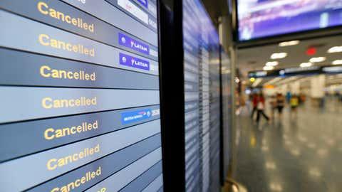 Un monitor con la lista de los vuelos cancelados en el Aeropuerto Internacional de Miami es mostrado el Viernes 8 de Sept. de 2017 en Miami.   (AP Photo/Wilfredo Lee)