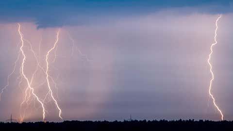 ARCHIV - Blitze erhellen die Nacht am 01.09.2015 über dem Landkreis Oder-Spree nahe Jacobsdorf (Brandenburg). Foto: Patrick Pleul/dpa (zu dpa «Blitz-Experten: Gewitter in Deutschland dieses Jahr heftiger» vom 24.11.2015) +++(c) dpa - Bildfunk+++