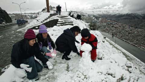 People build a snowman next to El Alto (4000m over sea level), 12 km from La Paz, Bolivia July 9, 2007. (Photo credit:  AIZAR RALDES/AFP/Getty Images)