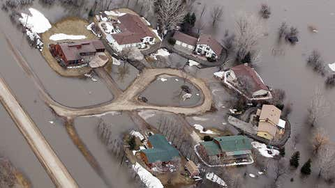 Flood water surrounds homes in the Lake Shure subdivision north of Fargo March 22, 2010 in Harwood, North Dakota. (Photo by Scott Olson/Getty Images)