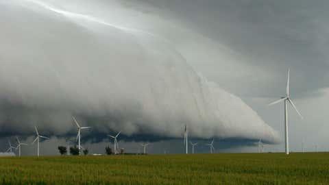 A huge shelf cloud rolls in just east of Freeport, Ill. in 2010. (Photo credit: iWitnessWeather/danros2)