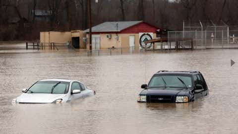 Eigentlich stehen sie auf einem Parkplatz - jetzt sind sie fast im Wasser versunken: Autos in Kimmswick im US-Bundesstaat Missouri. (Foto: Laurie Skrivan/St. Louis Post-Dispatch via AP)