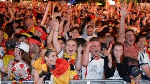 Deutsche Fans freuen sich am 02.07.2016 in Berlin auf der Fanmeile vor dem Brandenburger Tor nach dem Viertelfinale der Fußball-Europameisterschaft Deutschland gegen Italien über den Sieg. Foto: Britta Pedersen/dpa +++(c) dpa - Bildfunk+++