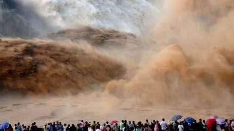Jedes Jahr reisen tausende Touristen zur Xiaolangdi- Talsperre, um das Öffnen des Damms mitzuverfolgen.