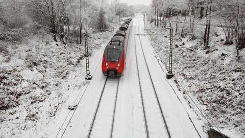 Ein Zug auf verschneiter Strecke (Symbolbild)