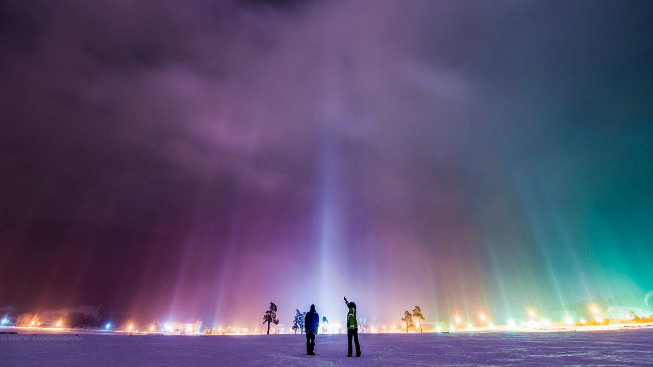 Photographer Witnesses Stunning Light Pillars Phenomenon Photos