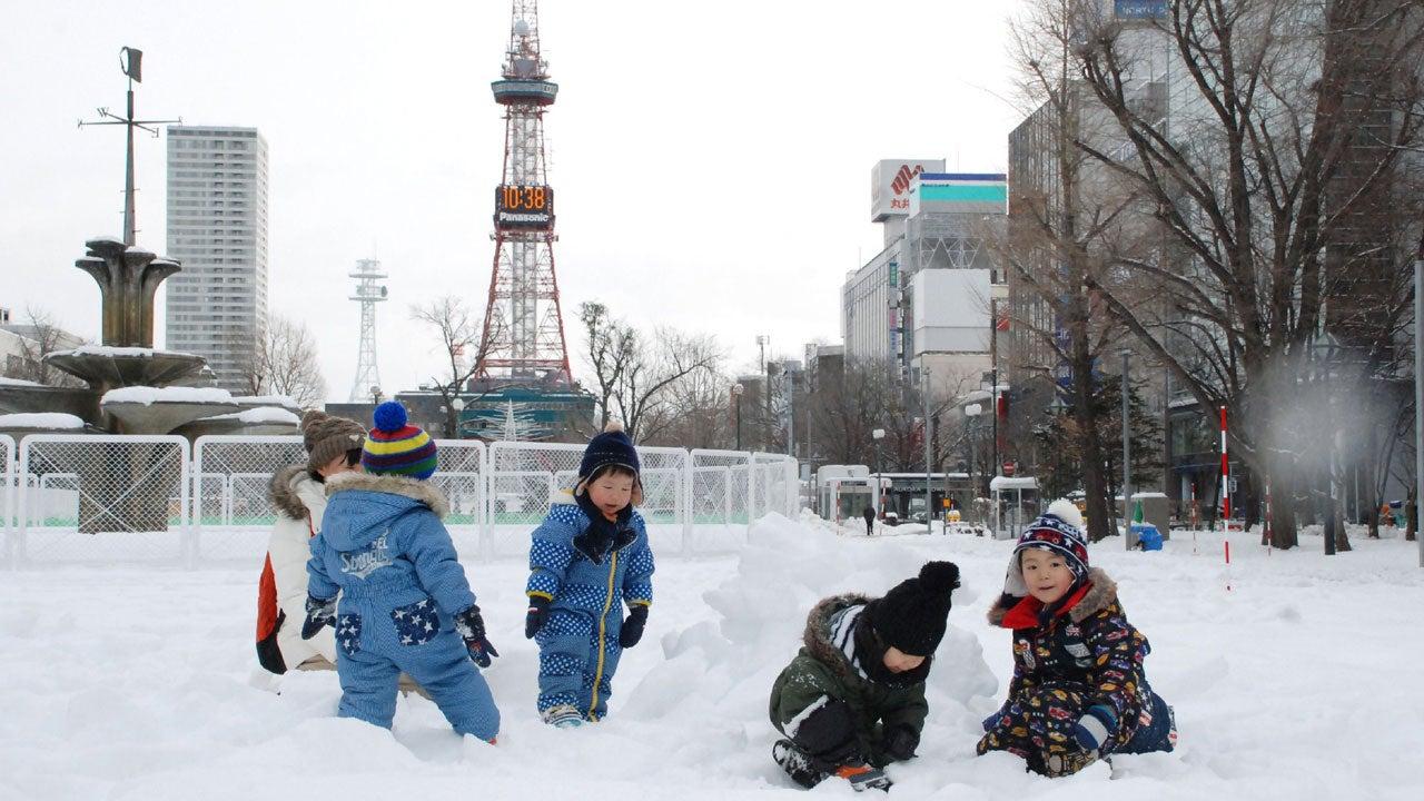 Japan Snowstorm Dumps Feet Of Snow Kills 11 Hundreds Of