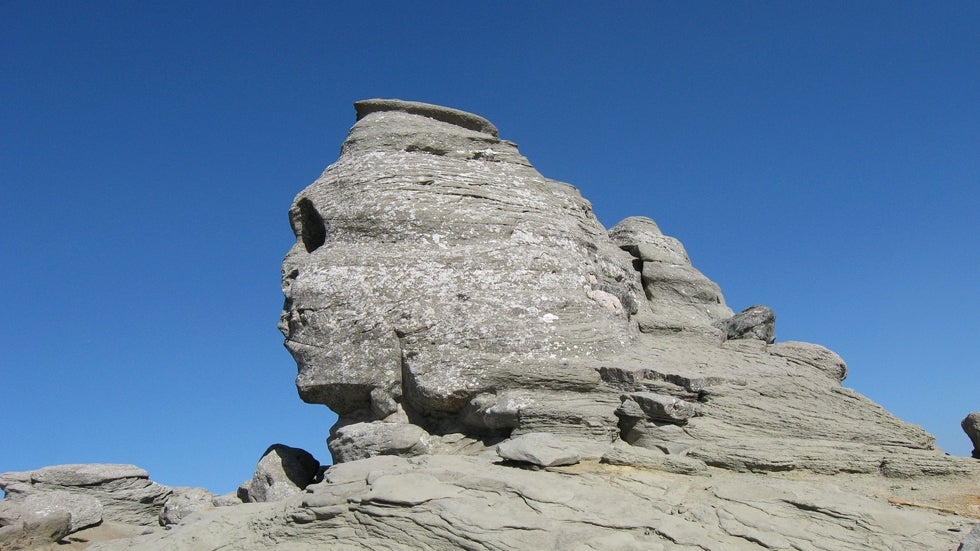 10 rock formations that resemble humans
