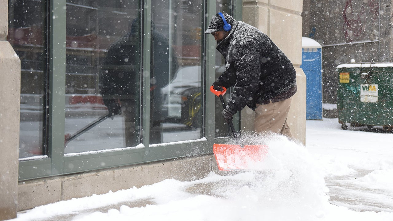 winter storm stella batters plains  midwest  at least 2