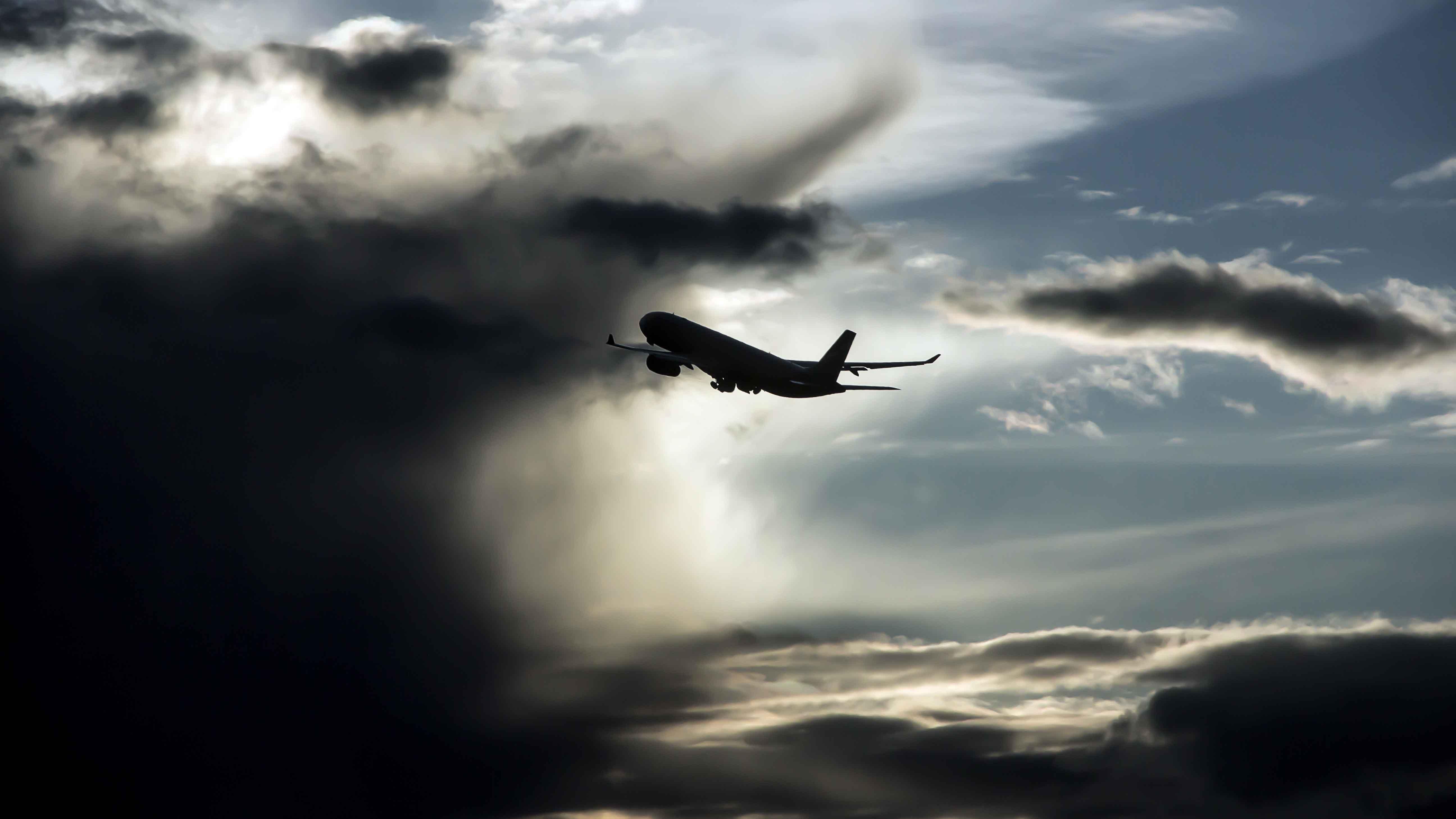 Viele Passagiere plötzlich krank: Vollbesetzter Flieger muss nach Landung in Quarantäne