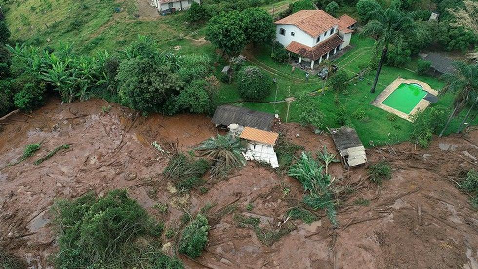 Sube a 60 los muertos por ruptura de represa minera en Brasil