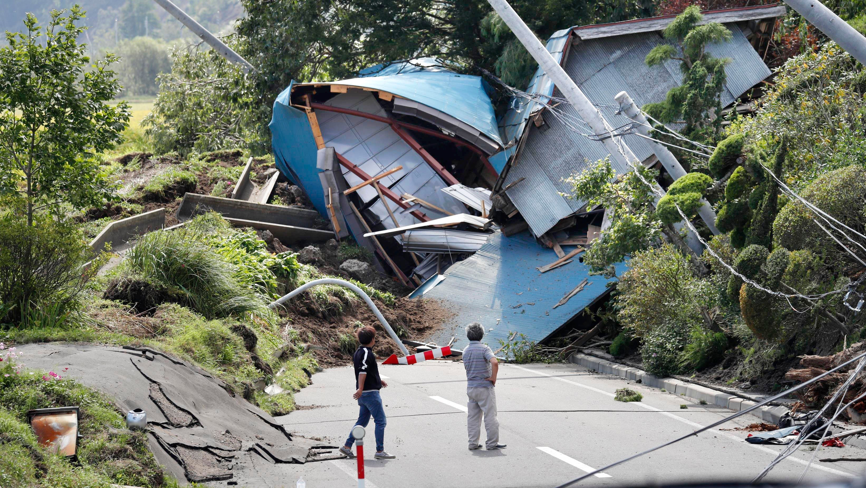 nach mega taifun starkes erdbeben ersch ttert japan neun tote. Black Bedroom Furniture Sets. Home Design Ideas