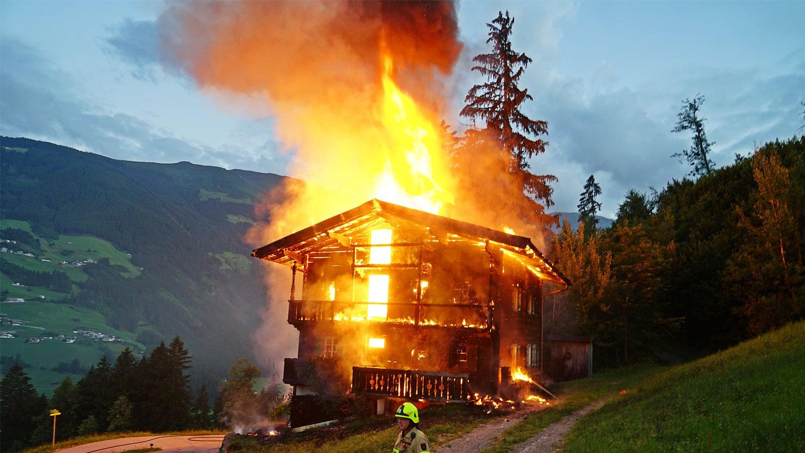 Katastrophe entkommen: Holzhaus deutscher Familie in Tirol niedergebrannt