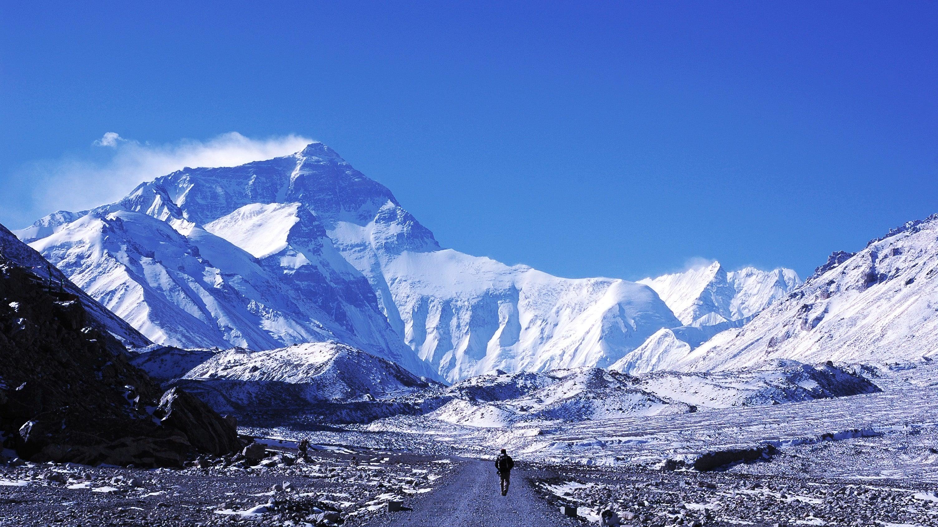 Extremsportler bezwingt höchste Gipfel aller Kontinente in Rekordzeit