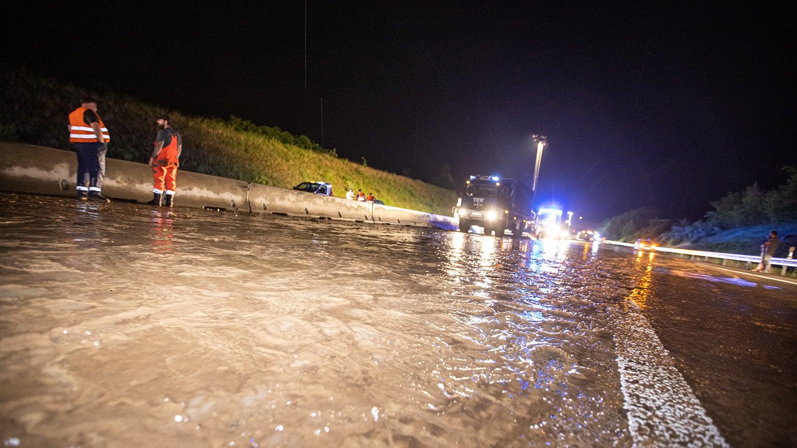Schwere Unwetter im Südwesten: Autobahn 8 überflutet | The Weather Channel - Artikel von The Weather Channel | weather.com