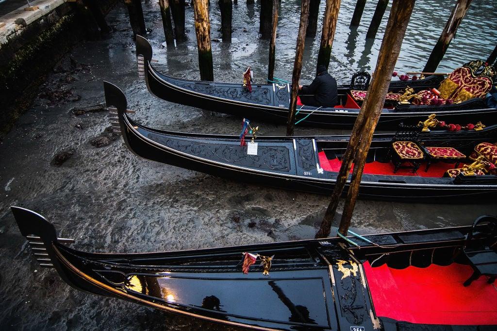 FOTOS: Baja la marea en Venecia; gondoleros sin negocio