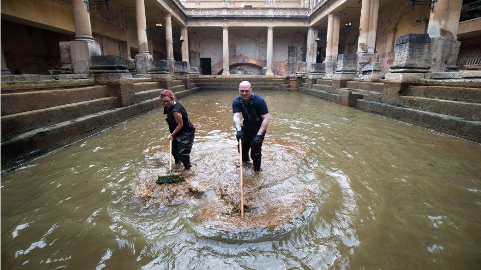 Limpieza primaveral para la terma romana de Bath