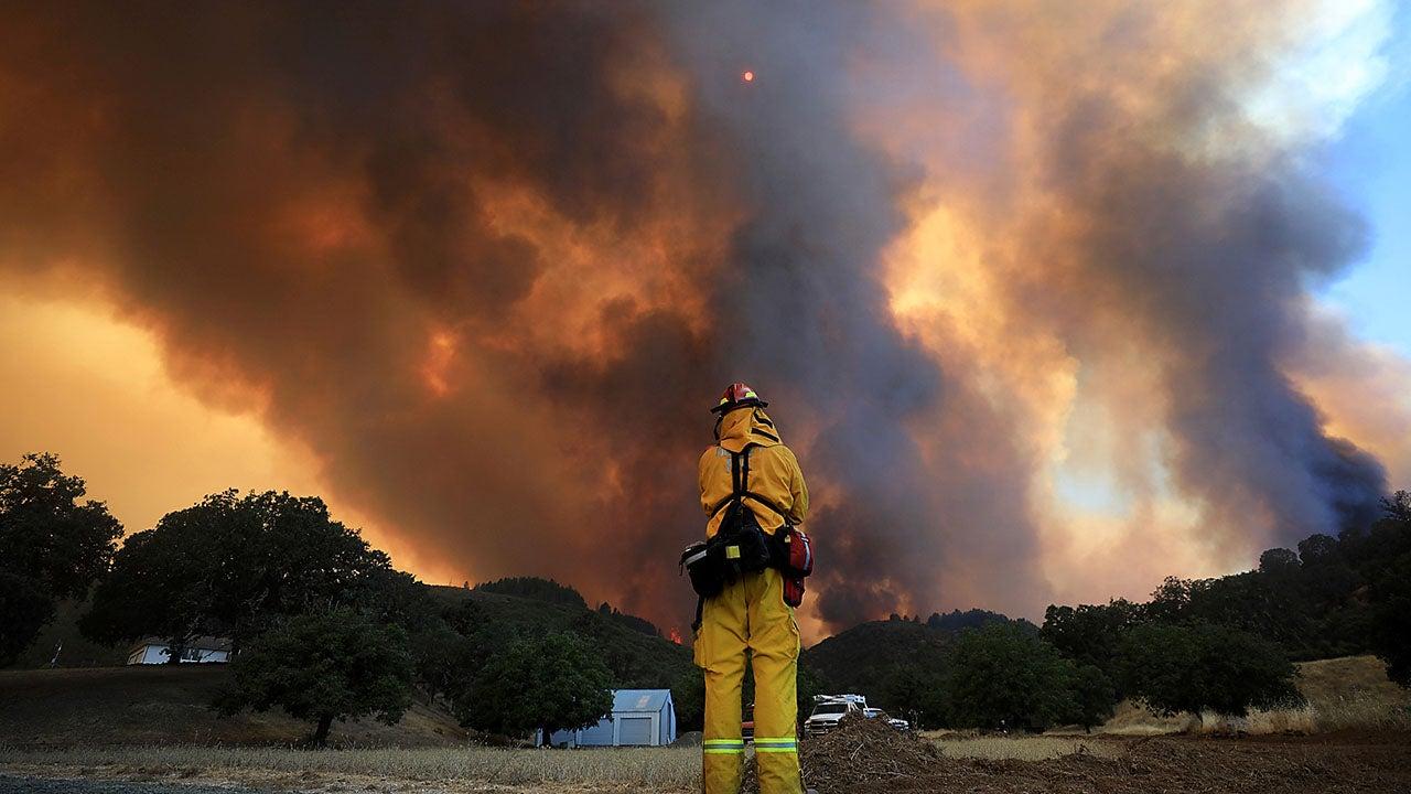 Complejo Mendocino se convierte en el sexto mayor incendio forestal de California; Fuego mortal de Carr encendido por llanta plana, dicen los funcionarios