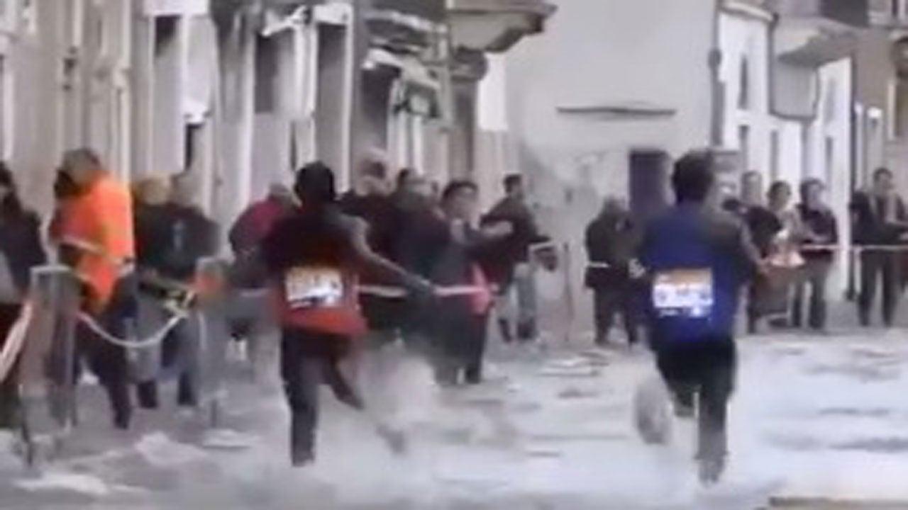 À cause de l'acqua alta, les coureurs du marathon de Venise ont fini les pieds dans l'eau