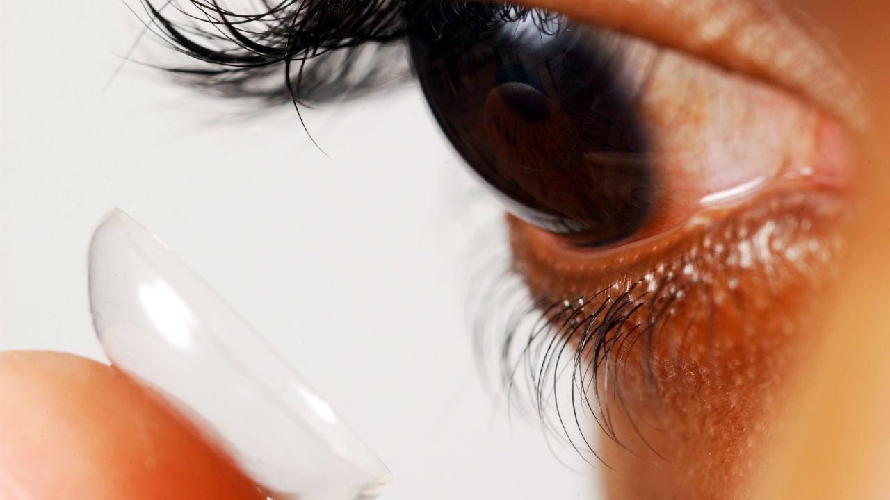 Los CDC afirman que es peligroso nadar o dormir con los lentes de contacto