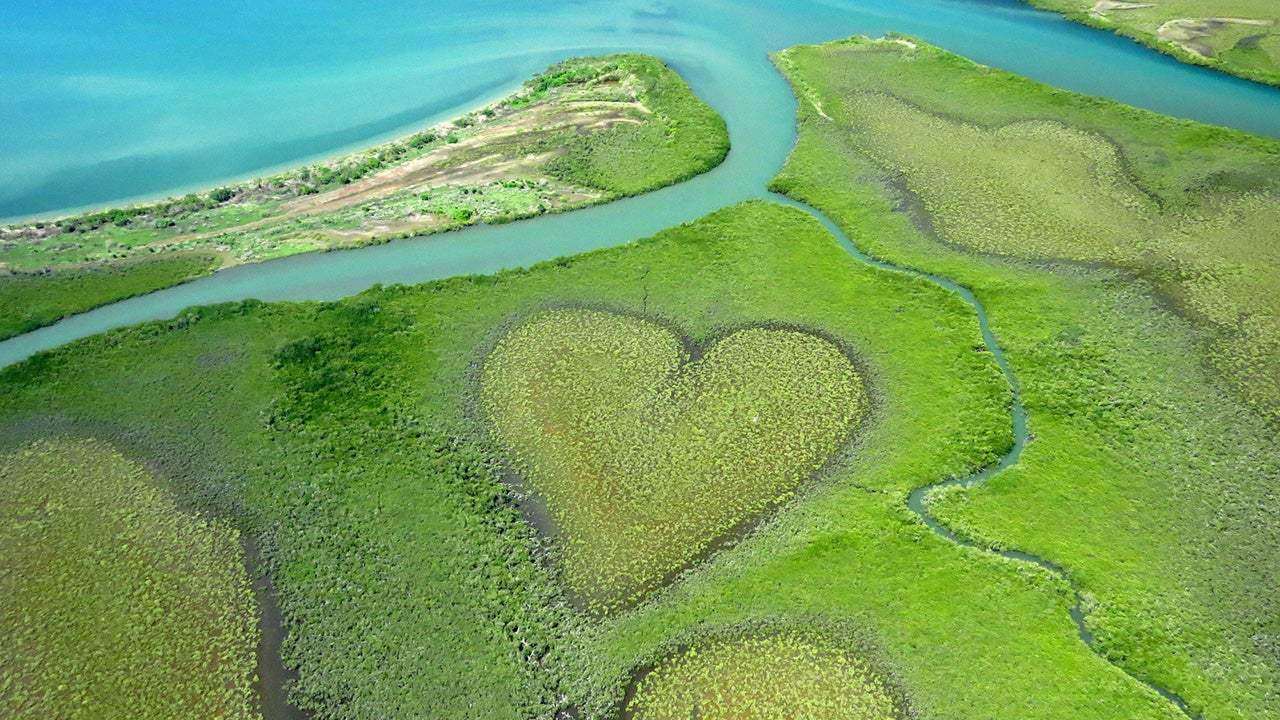 19 Amazing Heart-Shaped Islands and Lakes (PHOTOS)