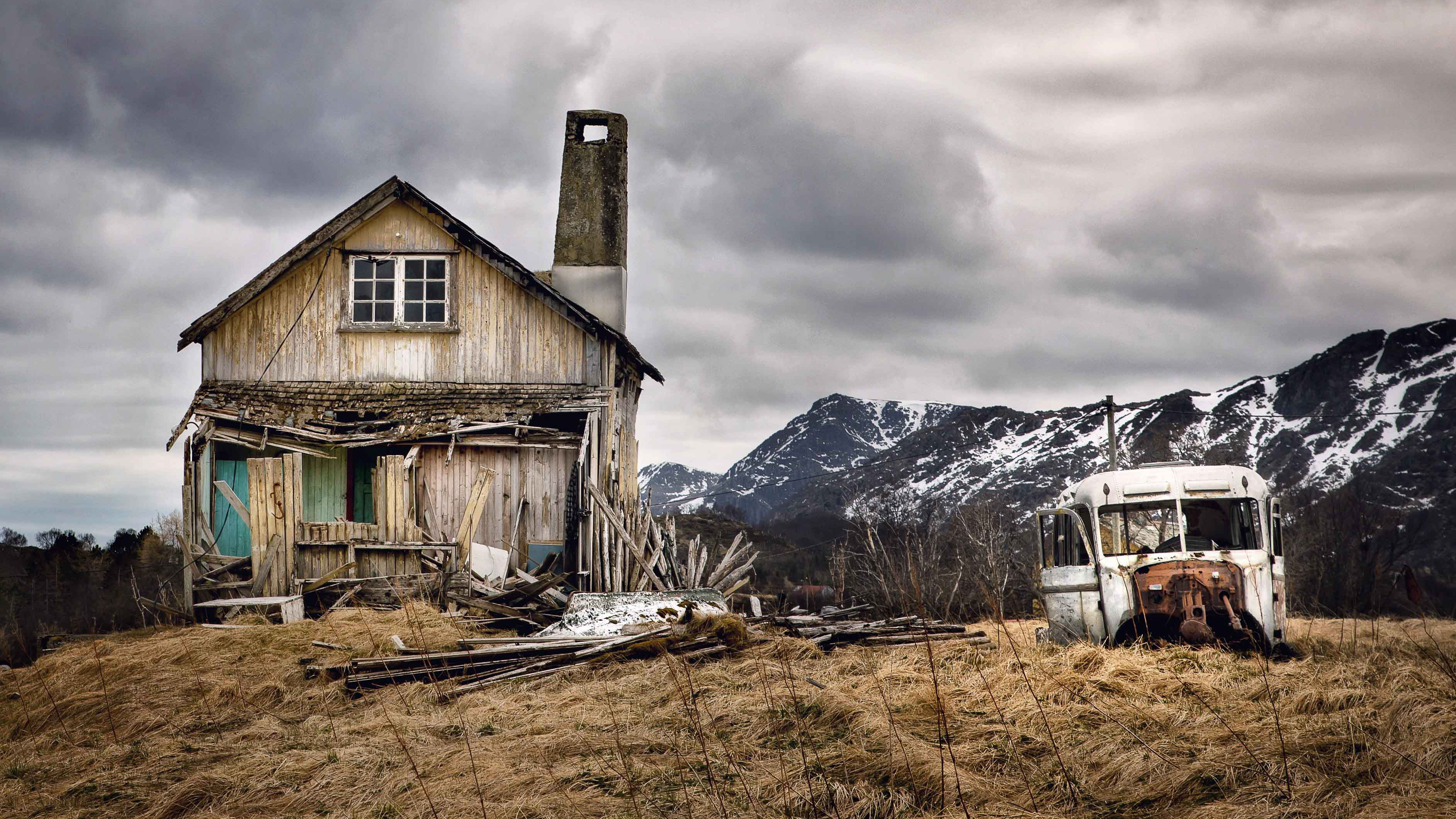 Photographing the Abandoned Homes Above the Arctic Circle PHOTOS