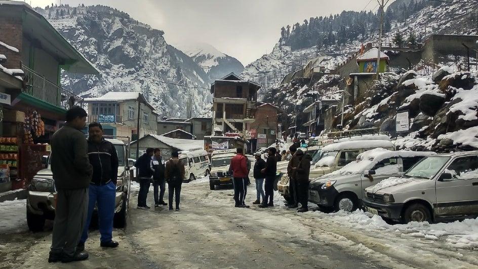 Snow Snaps Almost 700 Road Links in Himachal Pradesh