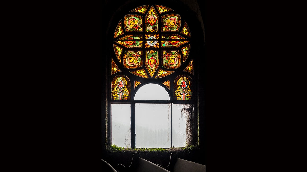 Stained Glass and Peeling Walls: Photographing Abandoned Churches with Liz Roll (PHOTOS)