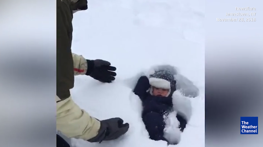 Pai vê bebé enterrar-se na neve