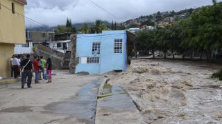 Tropical Disaster in Mexico: Rescuers Dig in Mud, Rain for Dead in Landslide