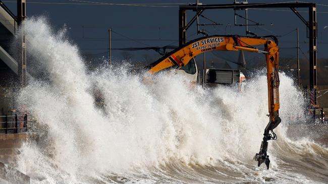 'Storm Abigail hits the UK' from the web at 'http://s.imwx.com/dru/2015/11/842267c1-264c-48f2-9c75-34798d68d02f_650x366.jpg'