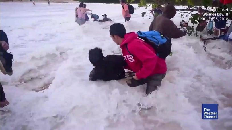 Riesen-Welle reißt Zuschauer mit sich