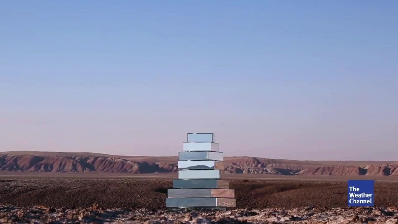 Was macht dieser Spiegelturm mitten in der Wüste?