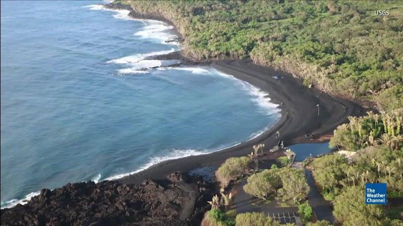 Hawaii\'s Kilauea Lava Flow Creates New Black Sand Beach | The ...