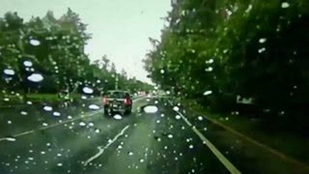 Conductor se lleva un susto por un rayo