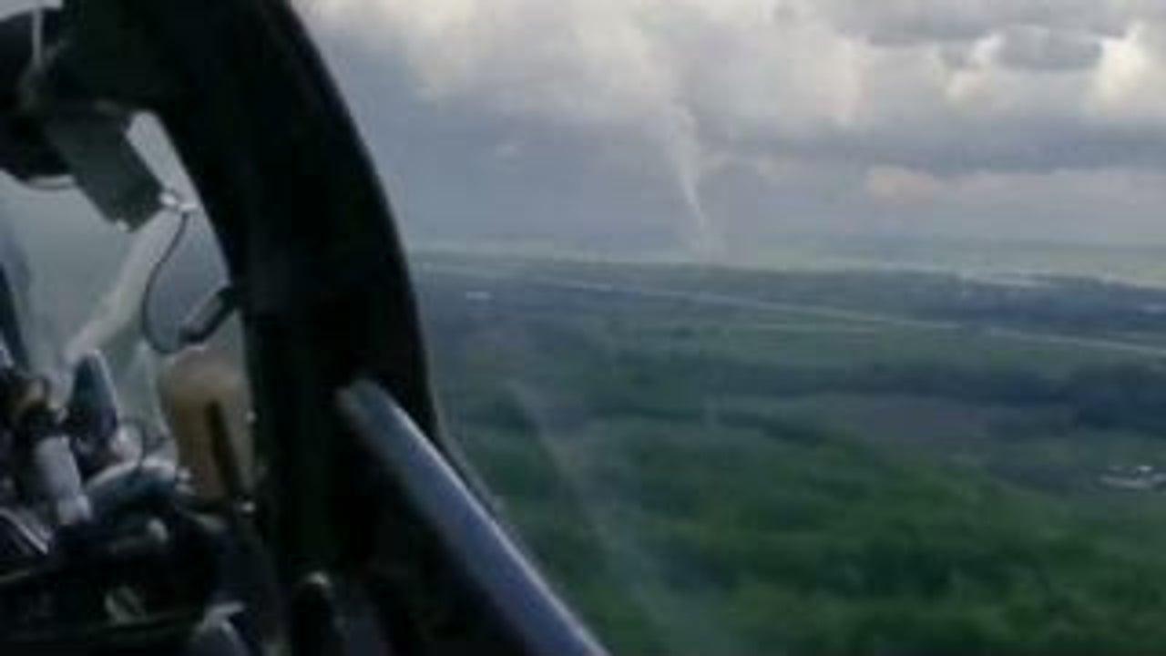 Ein Pilot ist am Wochenende in Kanada mit seiner Maschine unterwegs. Auf dem Weg zu seiner Landebahn taucht plötzlich ein Tornado auf. Mit seinem Handy filmt er die Szene mit. Landen muss er an einem anderen Flughafen.