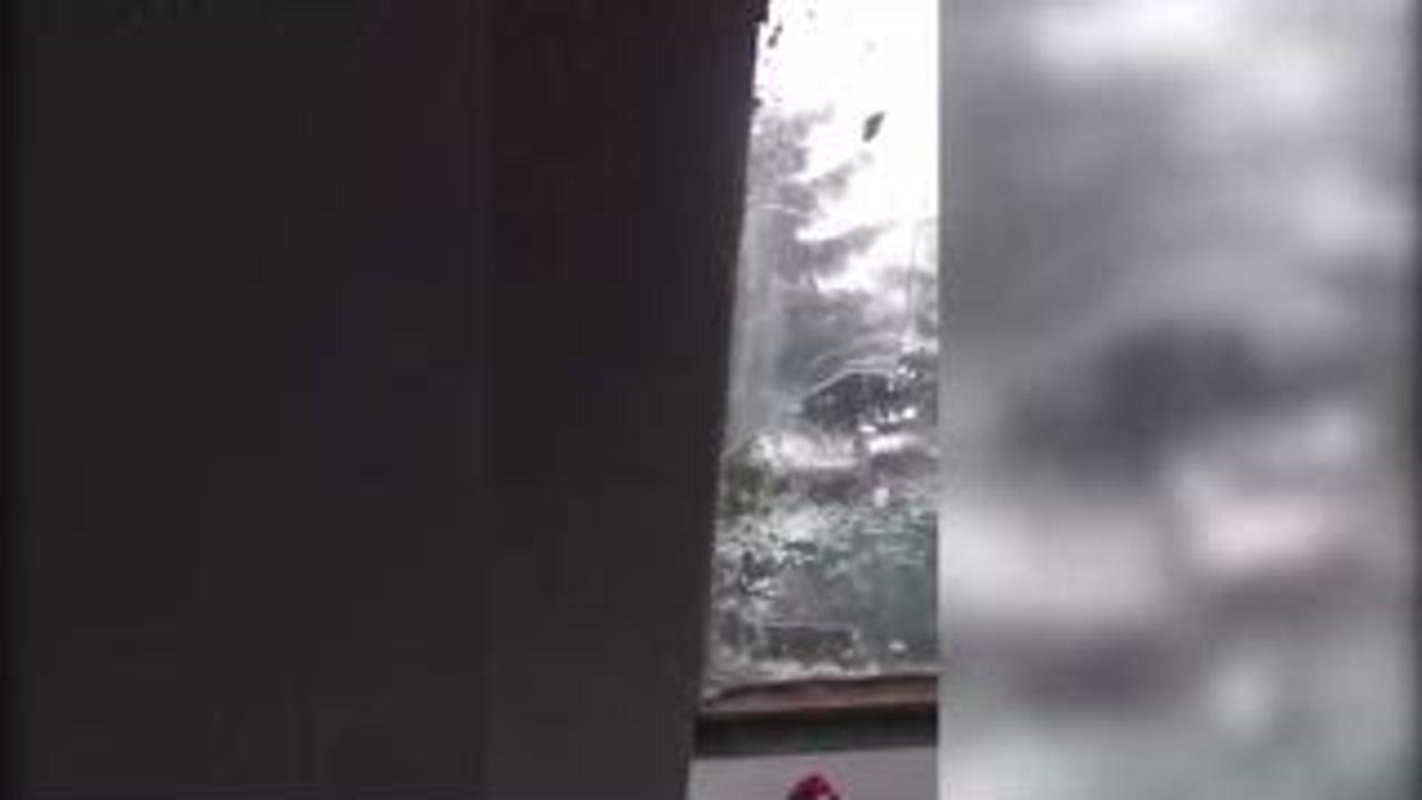 Hier prasseln riesige Hagel-Körner vom Himmel und zerstören Fensterscheiben