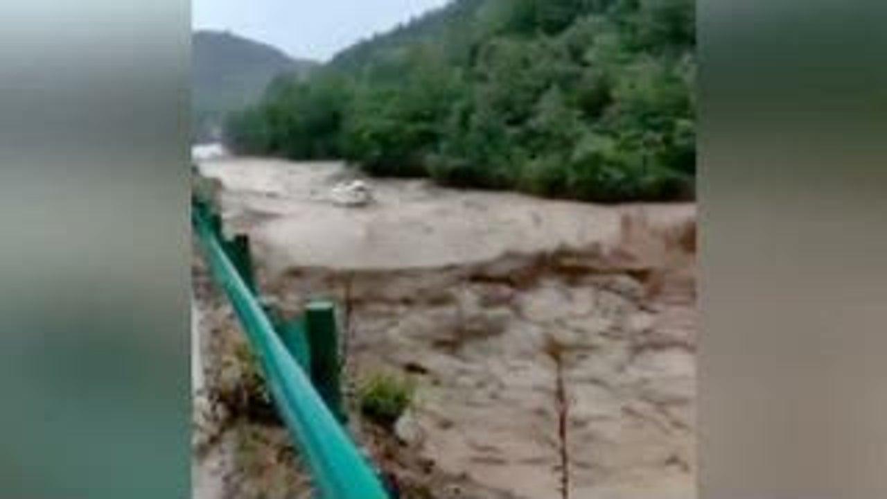 Eine Videoaufnahme zeigt die Ausmaße der Überschwemmungen in der chinesischen Stadt Shiyan. Autos, die zuvor auf einem Schulparkplatz standen, werden einfach so weggespült.
