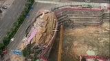 Camino colapsa sobre una construcción en China