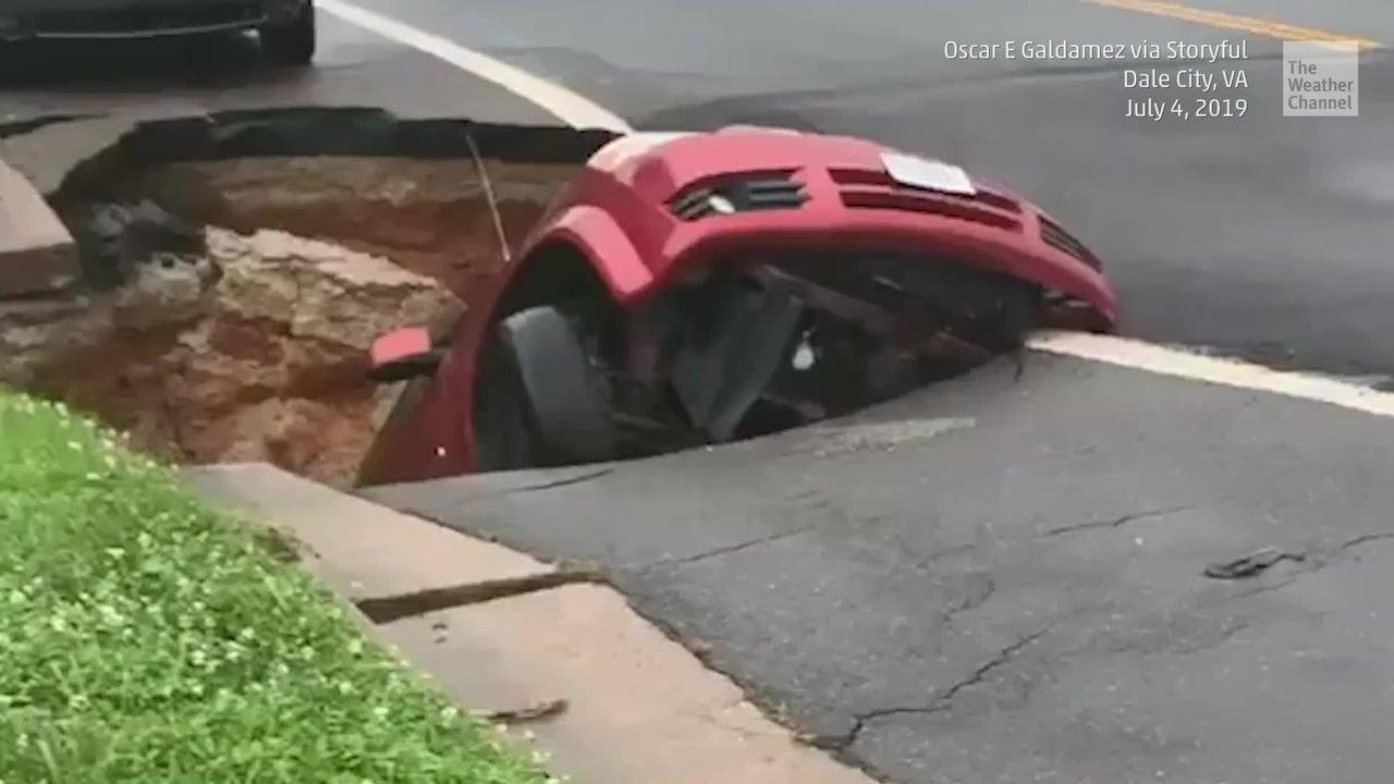 Nach heftigen Regenfällen tut sich ein Sinkloch unter einem Auto in Dale City im US-Bundesstaat Virgina auf. Ein Abflussrohr unter der Straße war durch die hohen Niederschlagsmengen gebrochen.