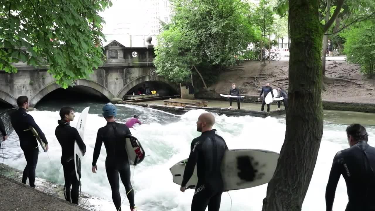 Ein Surfer erzählt: So extrem ist das Riversurfing in München
