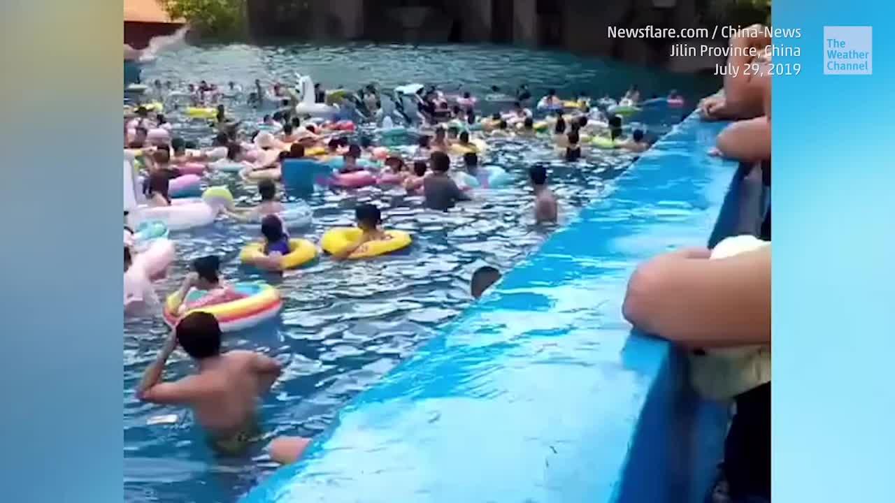 Tsunami im Pool: Riesenwelle verletzt Poolgäste