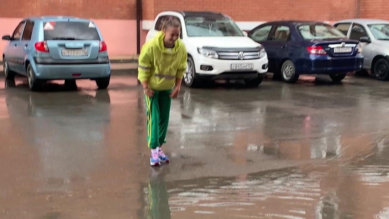Niemand will seine neuen Sneaker im Regenwasser versauen. Ein Mädchen findet nach heftigem Regen in Sankt Petersburg in Russland eine ganz neue Methode ihre Schuhe trocken zu halten. Doch, ob diese wirklich besser ist als nasse Schuhe, ist Ansichtssache.