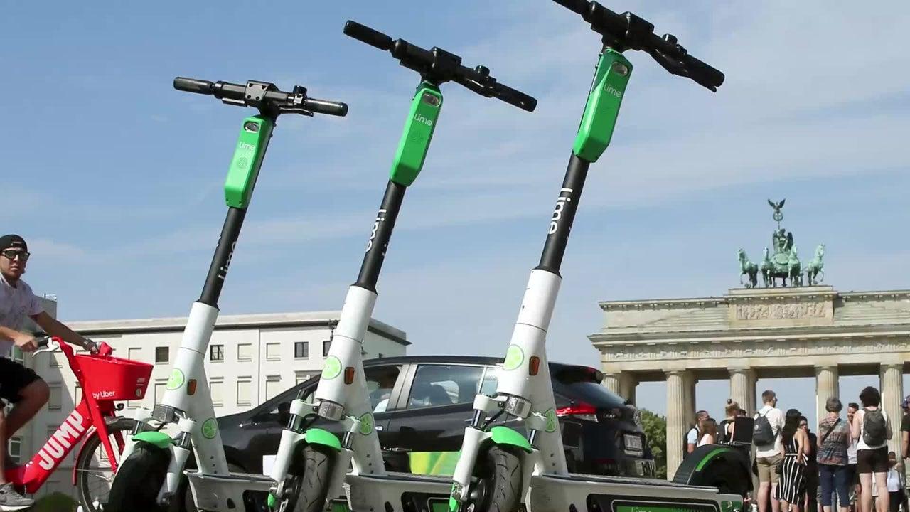 Seit Juni sind Elektro-Tretroller in Deutschland zugelassen und rollen durch viele Städte. Doch die neuen Scooter sind umstritten. Wie sehr sie den Verkehr entlasten ist noch nicht klar. Auch die versprochene Umweltfreundlichkeit scheinen die Roller nicht einhalten zu können.