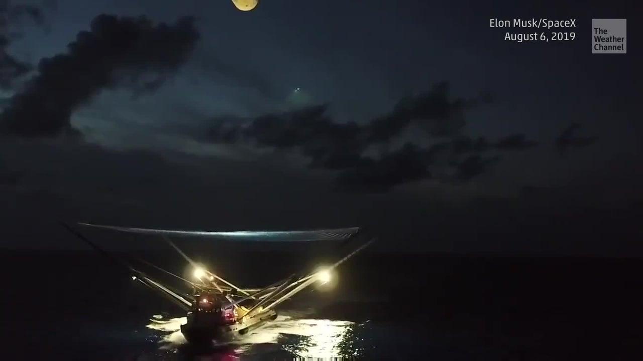 Bañistas evitan hundimiento de barco